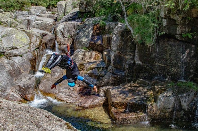Salto arrière sur le canyon des Sources du Tarn