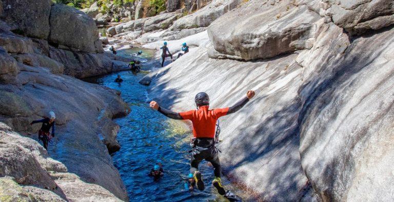 saut en canyoning dans les sources du Tarn