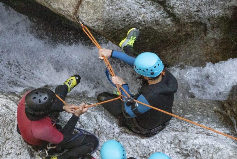 préparation de la descente cordée en canyoning